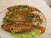 Жареная речная рыба.