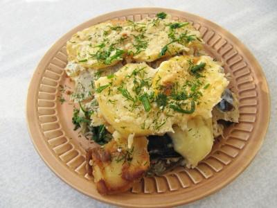 Скумбрия запеченная с картофелем.