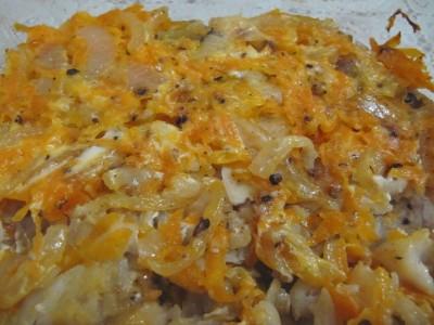 Минтай с морковкой и луком в духовке.