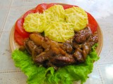 Жареное мясо на сковороде с луком.